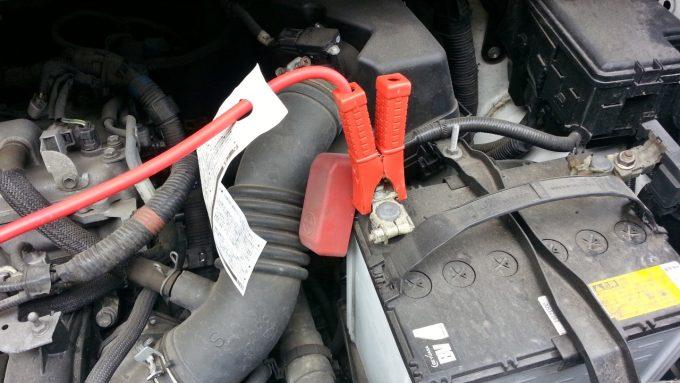 ブースターケーブルをバッテリー上がり車のプラス端子