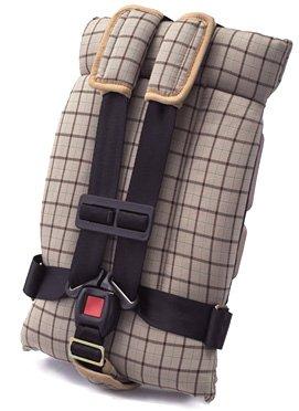 日本育児のトラベルベストは二点式のシートベルトでも固定できる