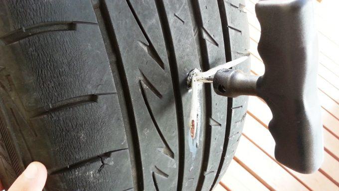 自分で車のタイヤのパンクを修理する方法