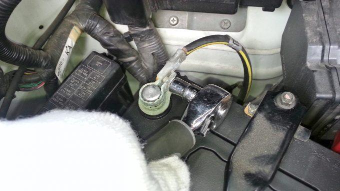 10mmのスパナでマイナスケーブルを接続する