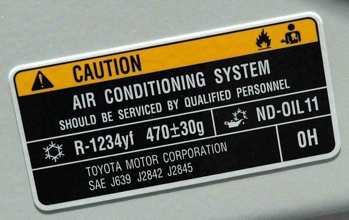 R1234yfの表示ステッカー