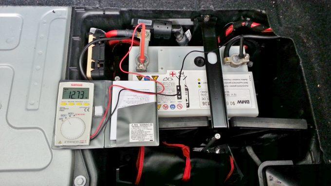 テスターを使ってバッテリーの電圧を測定する