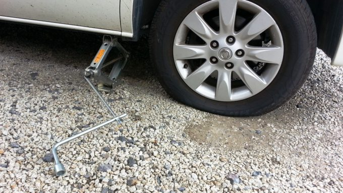 タイヤが地面に設置している状態までジャッキアップ