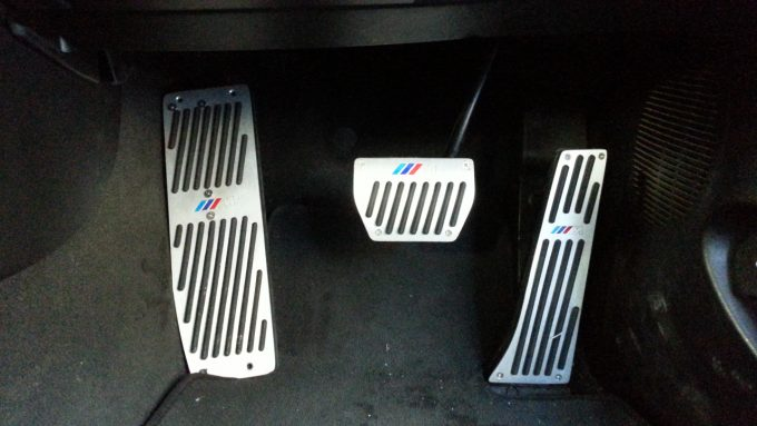 ペダルカバーを使って車のペダル位置を調整する方法