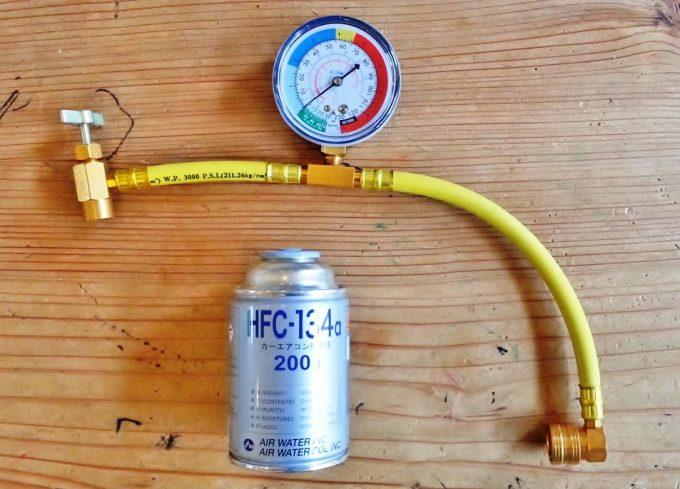カーエアコンの冷媒ガスサービス缶とチャージングホース