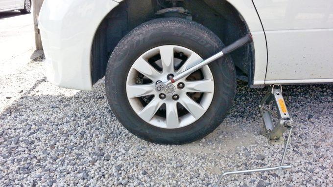 ブレーキパッド交換でタイヤを取り外す