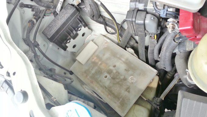 バッテリーを取り外した後のエンジンルーム