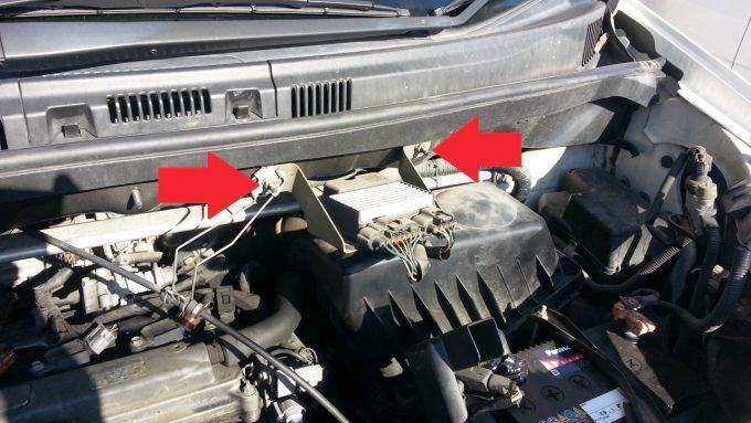 エンジンコンピューターを固定しているナットの位置