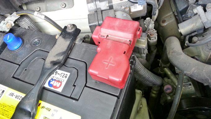 バッテリーのプラス端子にカバーをする