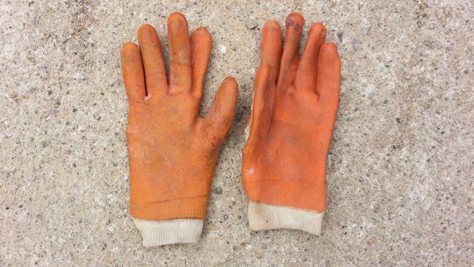 電気を通さない絶縁体のゴム手袋でバッテリー交換する