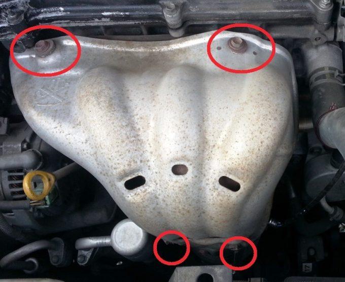 ノアのエンジンの遮熱版を取り外す