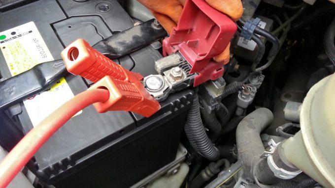 バッテリー上がりブースターケーブルを救援車のプラス端子