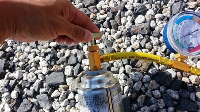 チャージホースの上のネジを回してサービス缶に穴を空ける