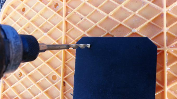 電動ドライバーを使ってゴム板に穴を開ける