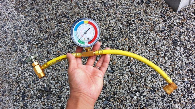 カーエアコンのオイル添加剤を補充する際に使うチャージングホース