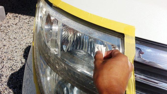 ヘッドライトにガラスコーティング液を塗る