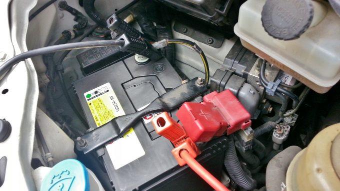 バッテリー上がりマイナス端子にブースターケーブル