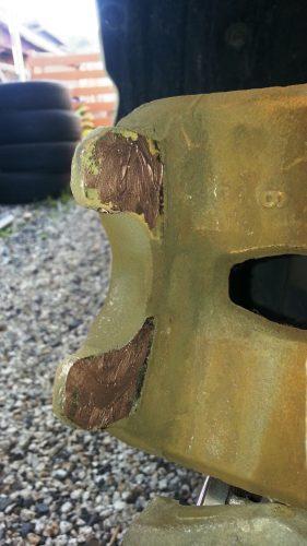 ブレーキキャリパーの当たり面にグリスを塗る