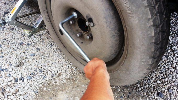 パンクした車のタイヤをスペアタイヤに交換