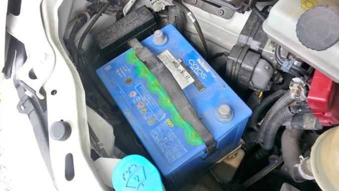 バッテリーを固定している金具を取り外した後
