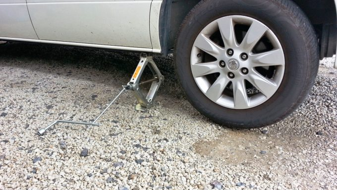 完全にタイヤが浮き上がるまでジャッキアップ