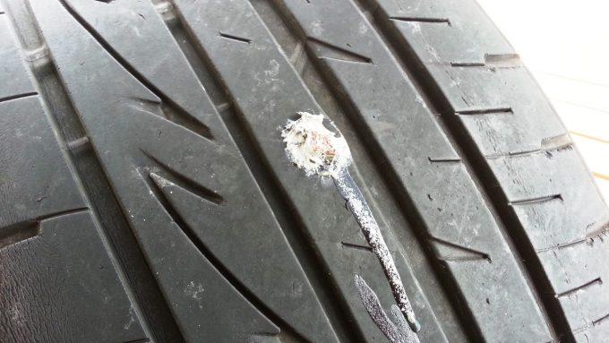 車のタイヤを自分でパンク修理した