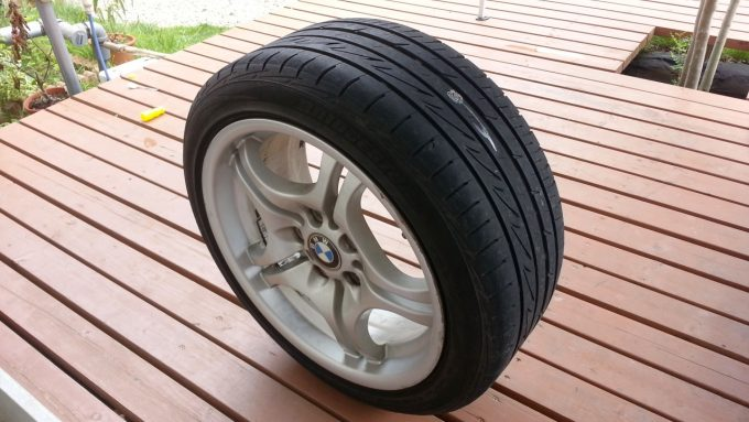 自分で車のタイヤパンク修理をしたあとのタイヤ