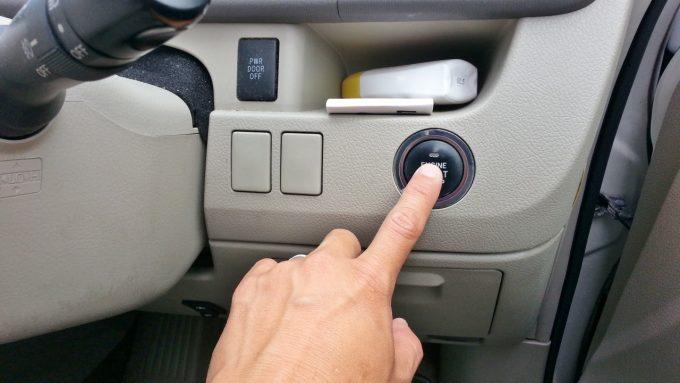 ブースターケーブル接続後、バッテリー上がり車のエンジンをかける