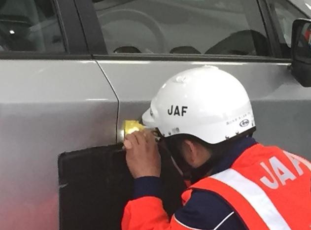 JAFのキー閉じ込め解錠作業