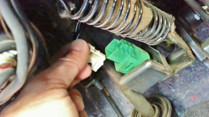 ブレーキの根元にあるカプラーを取り外す