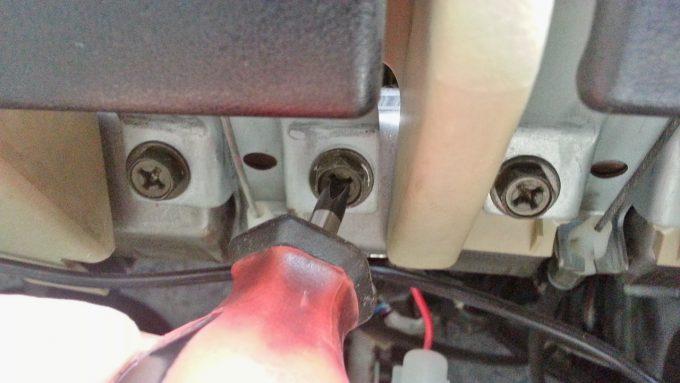 プラスドライバーは配線をアースの共締め固定する際に使う