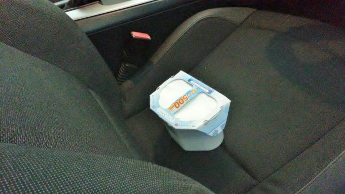 車の長期保管で車内にカビが生えないようにするために除湿剤を置く