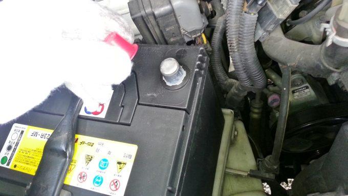 バッテリーのプラス端子のカバーを外す