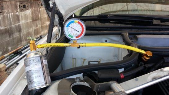 カーエアコンの冷媒ガスを補充