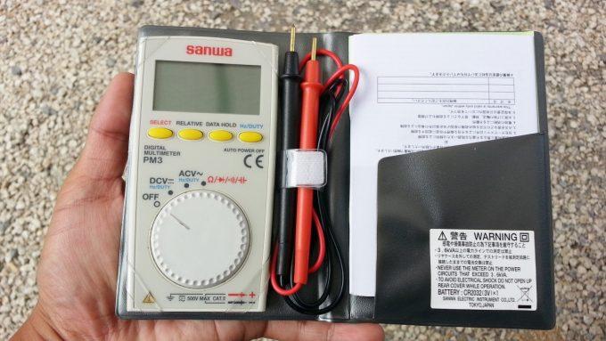 バッテリーの電圧を測るためのテスター