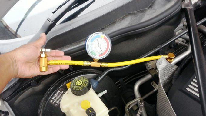 ゲージ付きチャージホースでカーエアコンの低圧圧力を測定