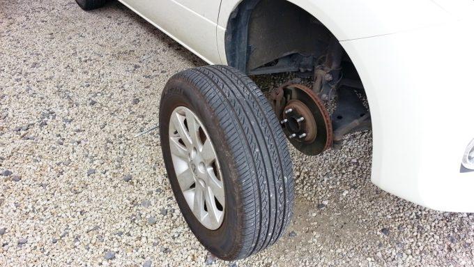 パンクしたタイヤを取り外したところ