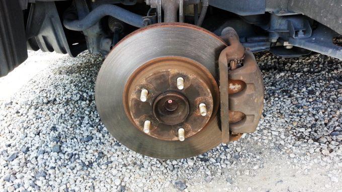 ブレーキパッド交換のためにフロントタイヤを取り外す