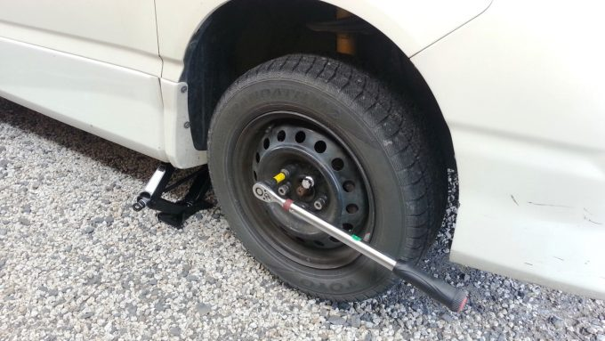 タイヤ交換に必要なジャッキと十字レンチ(トルクレンチ)