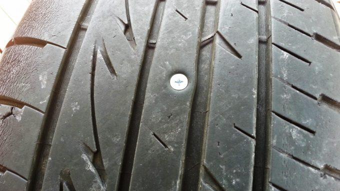 タイヤに釘が刺さってパンクしたものを修理する方法