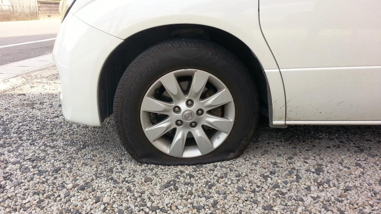 車のタイヤがパンク