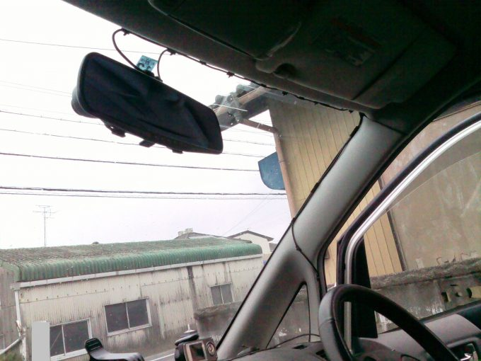 ドライブレコーダー配線をフロントガラス上部に固定