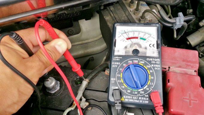自動車の暗電流をテスターで測定する