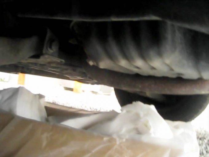 オイルボルトの下にオイル廃液処理の箱を置く