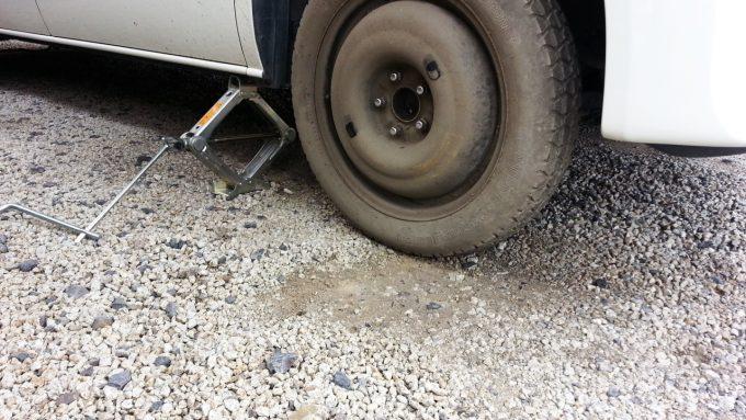 スペアタイヤが地面に接地するまで下げる