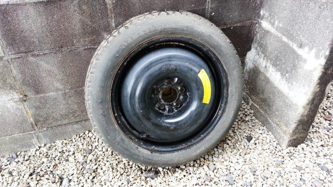 車のタイヤがパンクした時に交換するスペアタイヤ(テンパータイヤ、応急タイヤ)