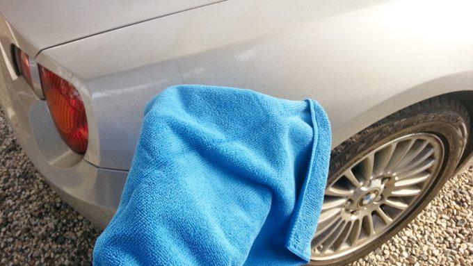 洗車して汚れを落とす