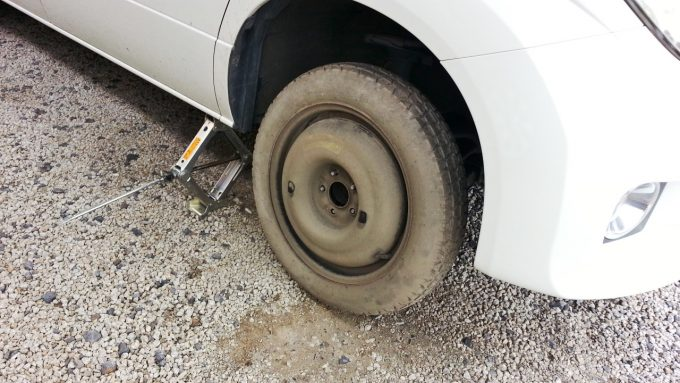 スペアタイヤを取り付ける
