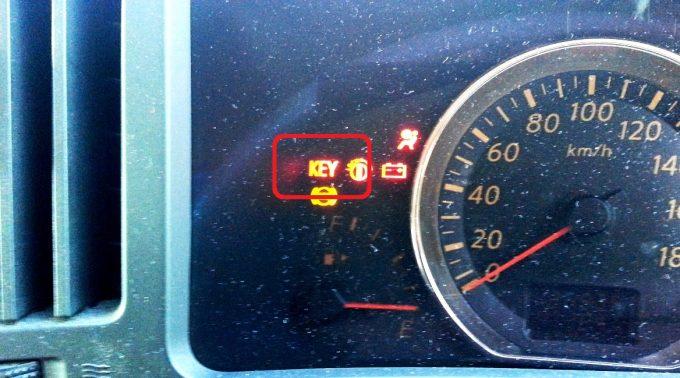 スマートキーの警告灯が赤色のままの場合反応していない