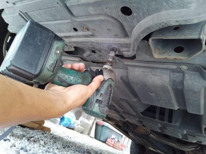 車のアンダーカバーを外す